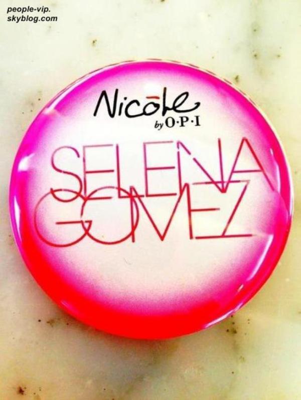 Après la sortie de son premier parfum, Selena Gomez collabore avec Nicole de O.P.I pour sortir collection de vernis à ongles.