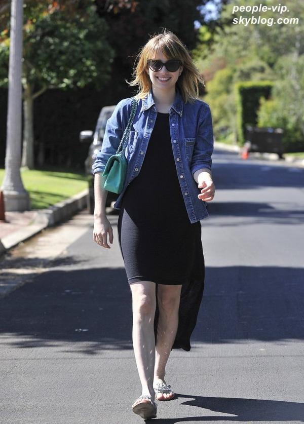 Emma Roberts souriante dans les rues de Californie. Samedi, 30 juin
