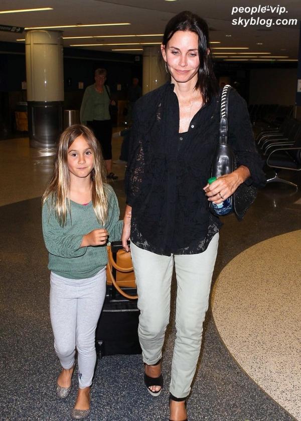 Courtney Cox à l'aéroport LAX de Los Angeles avec sa fille Coco. Samedi, 30 juin