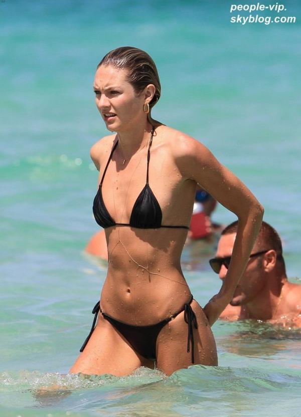 Candice Swanepoel prend du bon temps sur la plage de Miami, en Floride en compagnie de son petit ami de longue date Hermann Nicoli. Mardi, 03 juillet