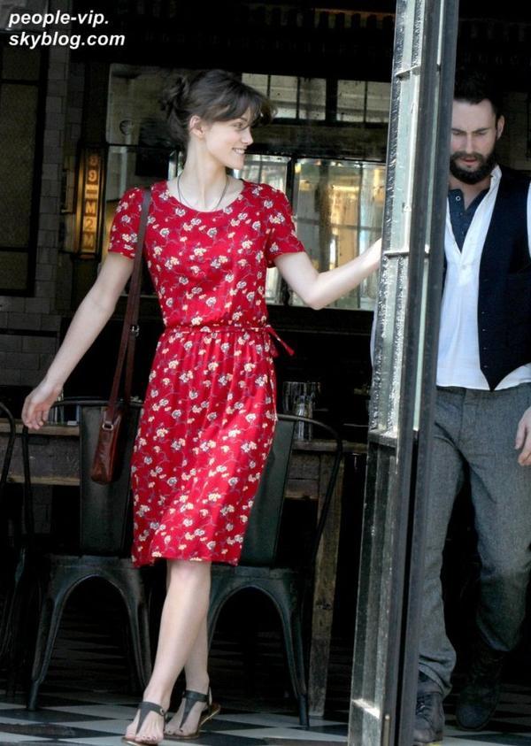 """Keira Knightley et Adam Levine sur le tournage de leur prochain film """"Can A Song Save Your Life?"""" à New York. Mardi, 03 juillet"""