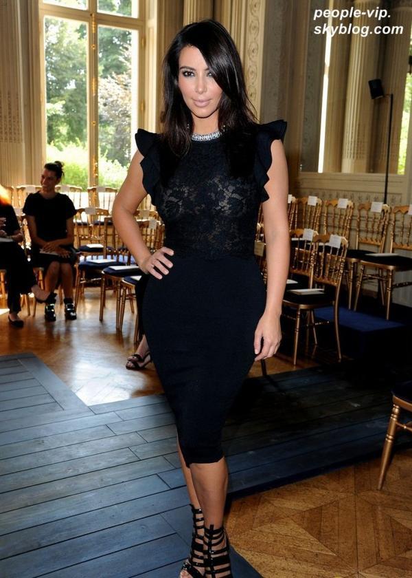 Kim Kardashian et son petit copain Kanye West se sont rendus au défilé de Valentino à Paris. Mercredi, 04 juillet