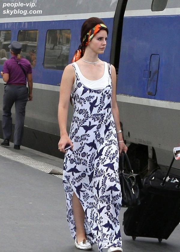 Lana Del Ray, souriante dans les rues de Paris. Mardi, 03 juillet