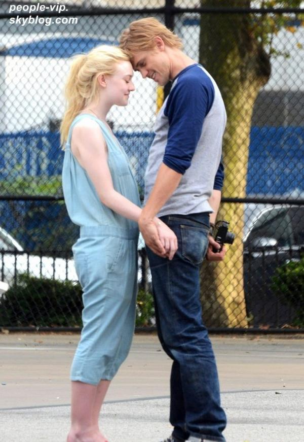 "Dakota Fanning et sa co-star Boyd Holbrook  sur le tournage de leur prochain film ""Very Good Girls"" à New York. Mardi, 03 juillet"