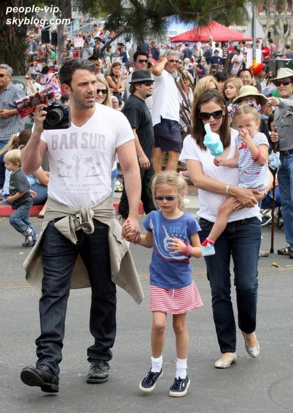Jennifer Garner et Ben Affleck ont assisté à la parade de l'indépendance avec leurs deux filles Violet et Seraphina à Pacific Palisades, en Californie. Mercredi, 04 juillet