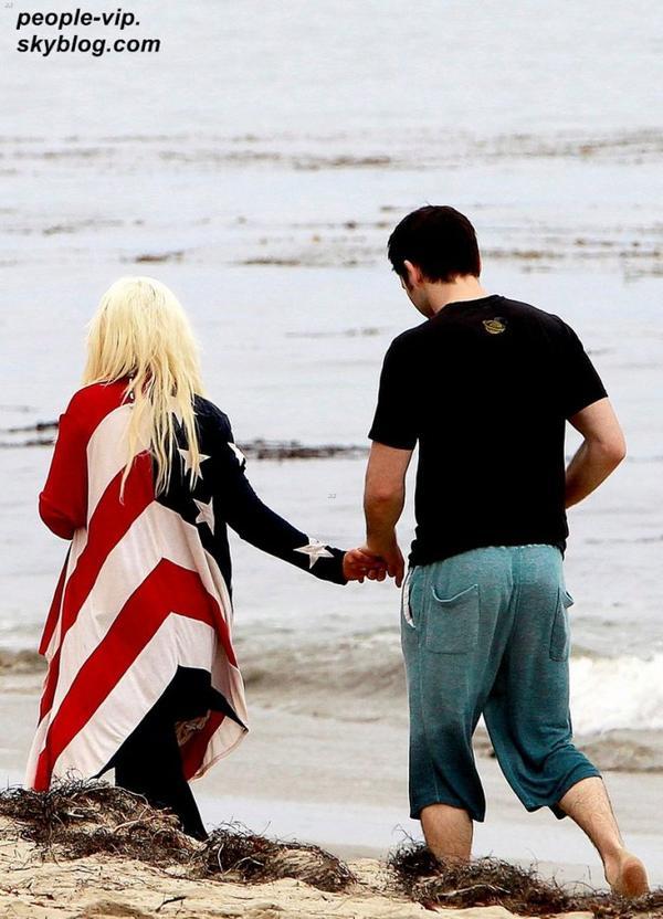 Christina Aguilera, portant les couleurs de son pays à l'occasion de la fête de l'indépendance, passe du bon temps avec son petit copain Matthew Rutler et son fils Max sur la plage à Los Angeles. Mercredi,04 juillet