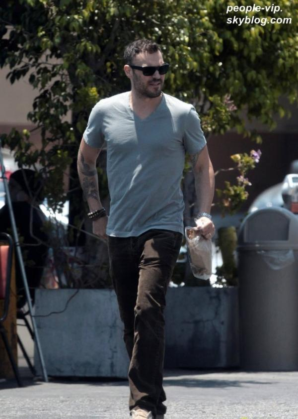 Brian Austin Green sortant du restaurent Youca's à  Los Feliz, en Californie. Mardi, 03 juillet