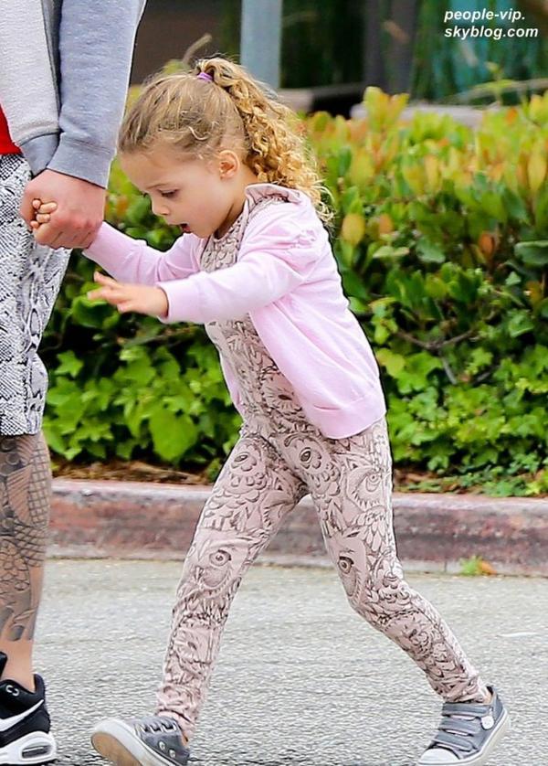 Nicole Richie et son mari Joel Madden sont allé déjeuner en famille avec leurs deux enfants Harlow et Sparrow au Coogies Beach Cafe, à Malibu. Mercredi, 04 juillet