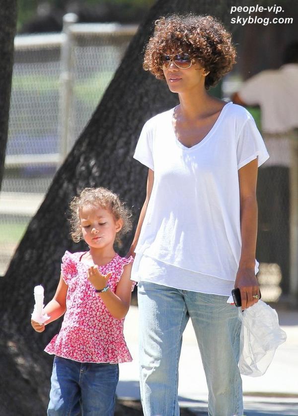 Halle Berry et sa fille de 4 ans Nahla passent du bon temps au parc Griffith, à Los Angeles. Mercredi, 04 juillet