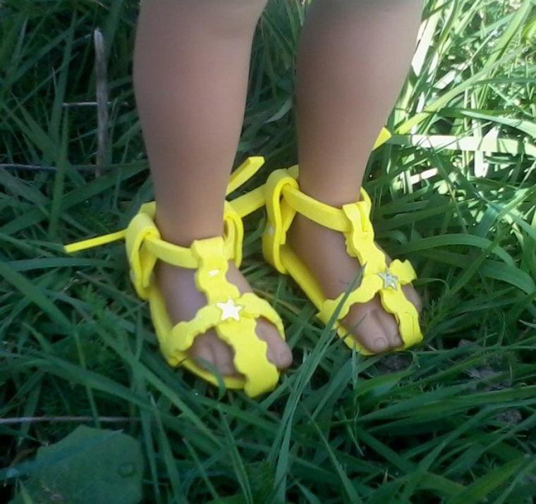 sandalette jaune pour chérie de corolle.