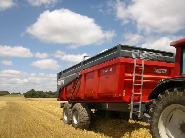 Un Valatra N111 suivie d'une benne Thievin Tl140-59 14 tonne (moisson 2011)