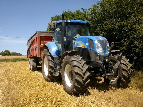 new holland T 6080 suivis d'une remorque Demarest 14 tonnes