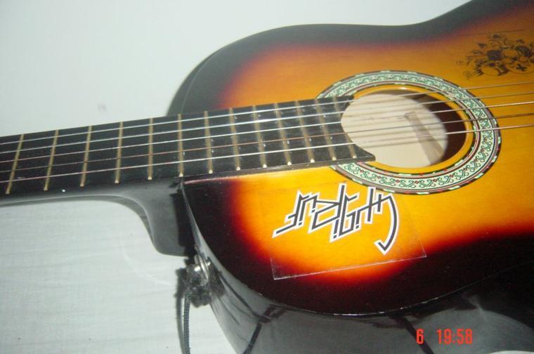 ma guitare xDD comme vous pouvez le voir elle lui manque une corde xD ni faites pas attention xD