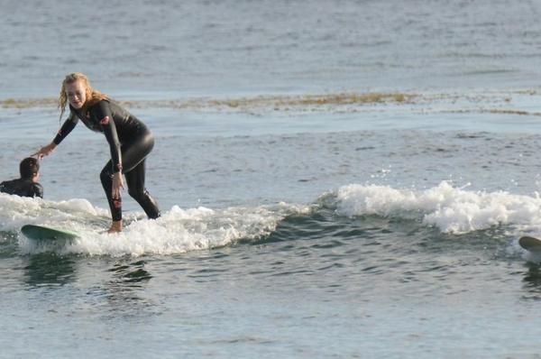 Le 12 novembre 2013, Yvonne a été encore à la plage pour le surf avec ses amis (Il y a sa meilleure amie Mekenna et une amie Kinga) et un soirée entre ils (Perso: Je pense qu'Yvonne est forte en surfer (preuve un des ces photos) sinon J'adore son look de soirée Coup de Coeur !! Et vous ? Je la trouve très souriante ! J'adore ça! )