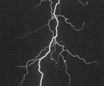 """"""" Le temps est mystérieux. La tempête se déchaîne et les éclairs deviennent agressifs. Le monde devient irréel. """""""