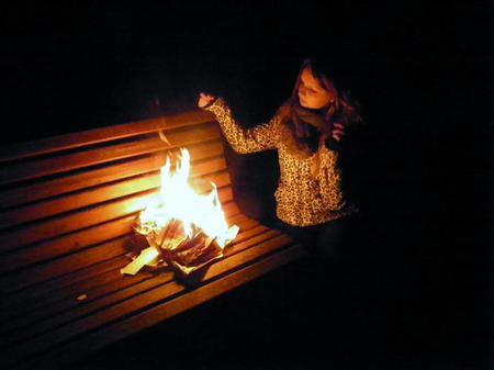 Je jète tout ce qui t'appartient au feu, pour que mes souvenirs puisse brûlé du fond de mon coeur. Je voudrais que tu te fasse détruire comme ces objet qui t'appartienne, comme mon coeur que tu as détruit