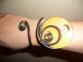 Pendentifs ronds avec boutons et noeuds, bracelets assortis.