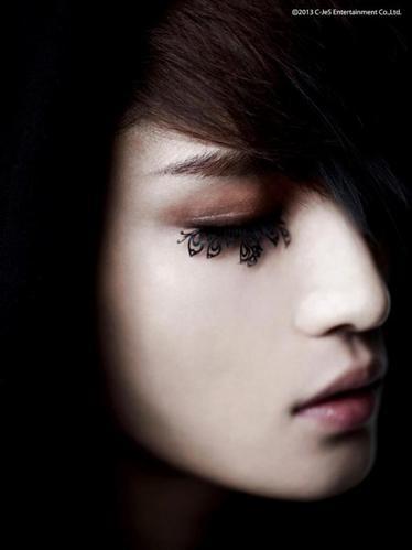3 photos teasers de son mini-album solo