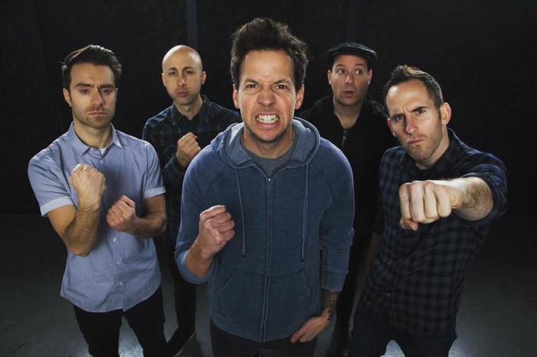 "Simple Plan joue ""Me Against The World"" à Lyon"