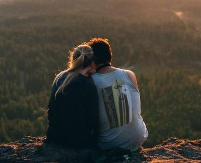 « La plus belle chose qui puisse habiller une femme, c'est les bras d'un homme qui l'aime. »