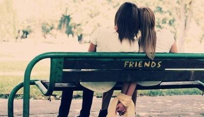 « Dans la main d'un ami, il faut déposer sa confiance. Dans son âme, sa compréhension. Sur ses lèvres, son sourire. Devant ses yeux, une rose. Près de lui, sa présence et son aide. Et dans son coeur, le bonheur de son amitié. »