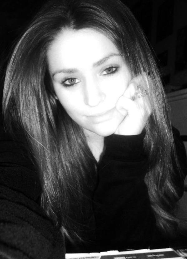 Je suis ni belle ni magnifique et j'ai pas un corp de rêve mais je m'accepte comme je suis c'est le principal alors garde tes jugements :)