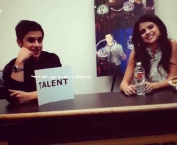 Le 15 décembre: Selena s'est rendue visite à'Hannah, une fan malade à l'hôpital de Los Angeles. elle était à une conférence de presse pour « Les Sorciers de Waverly Place ». Puis voilà des photos perso de sel!