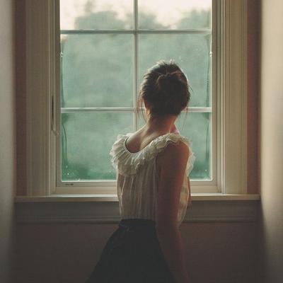 A chaque bruit suspect, je suis obligé de regardé par la fenêtre pour voir si c'est bien toi.