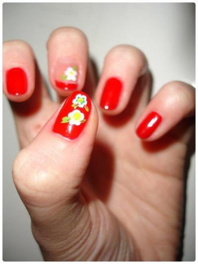Nail art : De rouge et de fleurs