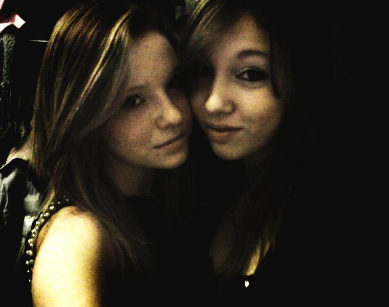 Ma soeur, une jumelle, celle qui me comprendra toujours :$ <3