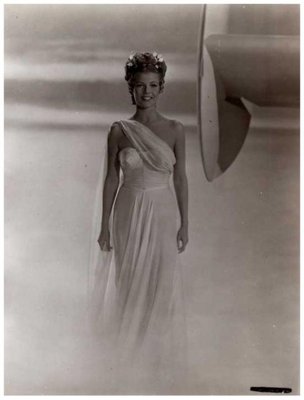 Pour celle qui est toujours présente et qui me laisse tant de commentaires, avec un blog exceptionnel, riche en biographies illustrées, JSSICA as Marilyn FAY, en cadeau pour toi, puisque tu sembles l'apprécier, 4 PHOTOS INEDITES de la somptueuse Rita HAYWORTH '40...