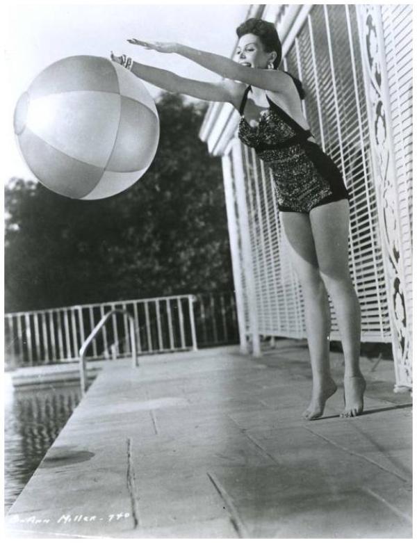 STARS en maillot : de haut en bas : Ann MILLER '50 ; Ann SHERIDAN '40 ; Barbara HALE '50 ; Barbara NICHOLS '50 ; Carole LOMBARD '30 ; Dorothy LAMOUR '30 ; Donna REED '50 ; Esther WILLIAMS '40