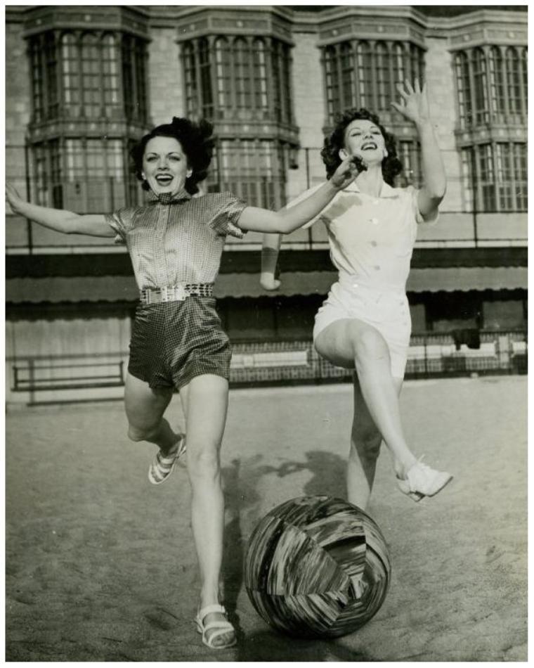 Carol HUGHES '30-40-50 (17 Janvier 1910 - 8 Août 1995) (1 photo de Carol aux côtés de Veda Ann BORG) (1 photo de Carol aux côtés de Marie WILSON et June TRAVIS)