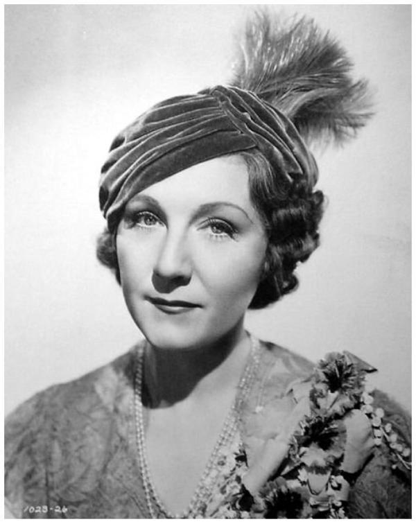 Judith ANDERSON '30-40-50 (10 Février 1897 - 3 Janvier 1992) (1 photo de Judith aux côtés de Joan FONTAINE)