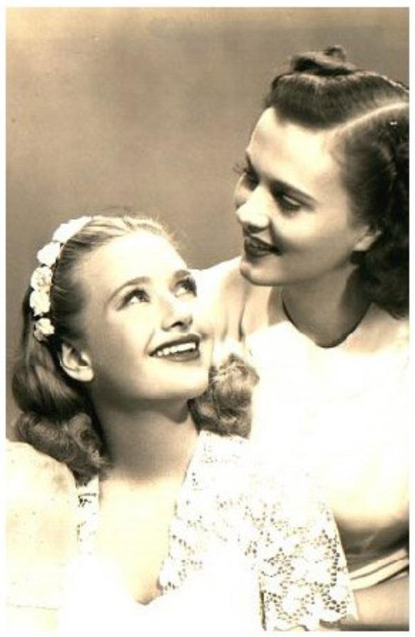 Gale PAGE '30-40 (29 Juillet 1913 - 8 Janvier 1983) (1 photo de Gale aux côtés de Priscilla LANE) (1 photo de Gale aux côtés de Priscilla, Rosemary et Lola LANE)