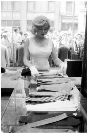 """8 NOUVELLES photos de celle qui me fascine, Marilyn MONROE '40-50... En effet, je collectionnes ses photos depuis l'âge de 15 ans, et cela en fait pas mal aujourd'hui... Mes préférées, comme tout admirateur, celles qui sont les moins connues et candides de surcroît... Par conséquent, avec ces quelques clichés, j'espères faire partager un peu ma passion avec d'autres """"adeptes"""" de son intelligence, de son charme et charisme ainsi que sa beauté si """"naïve""""..."""