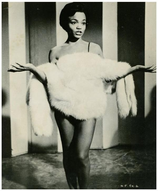 Eartha KITT '50 singer, actress (17 Janvier 1927 - 25 Décembre 2008) (1 photo de Eartha aux côtés de Marilyn MONROE)