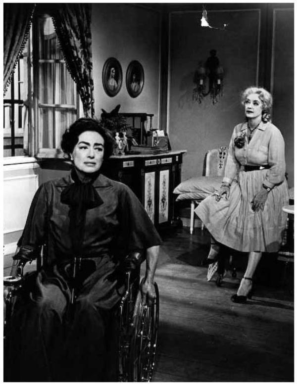 """Bette DAVIS et Joan CRAWFORD '62, duo mythique pour un film d'exception : """"Qu'est il arrivé à Baby-Jane ?""""... Jane et Blanche Hudson sont deux s½urs. Jane Hudson est une véritable enfant vedette dans les années 1920, grâce à une chanson reprise par toute l'Amérique. Mais passée l'adolescence, le public l'a complètement oubliée. Et c'est sa s½ur, Blanche, qui devient célèbre à son tour, en devenant une actrice de cinéma renommée et appréciée du public. Un terrible accident de voiture met cependant fin à sa carrière, la rendant complètement dépendante de sa s½ur déchue. Cette situation sera l'occasion pour Jane de faire payer à sa s½ur, dévoilant au fil du temps toute son aigreur, sa jalousie, et son effrayante folie ..."""
