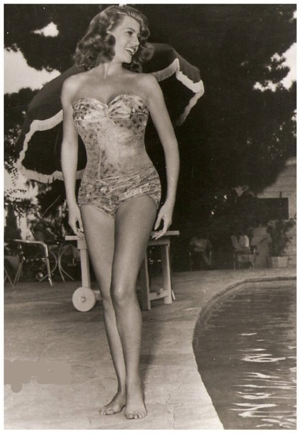 En remerciement pour JSSICA (son blog skyrock) qui m'a laissé beaucoup de coms (à titre de revanche) lors de mon absence, 8 NOUVELLES photos de Rita HAYWORTH '40-50 qu'elle apprécie