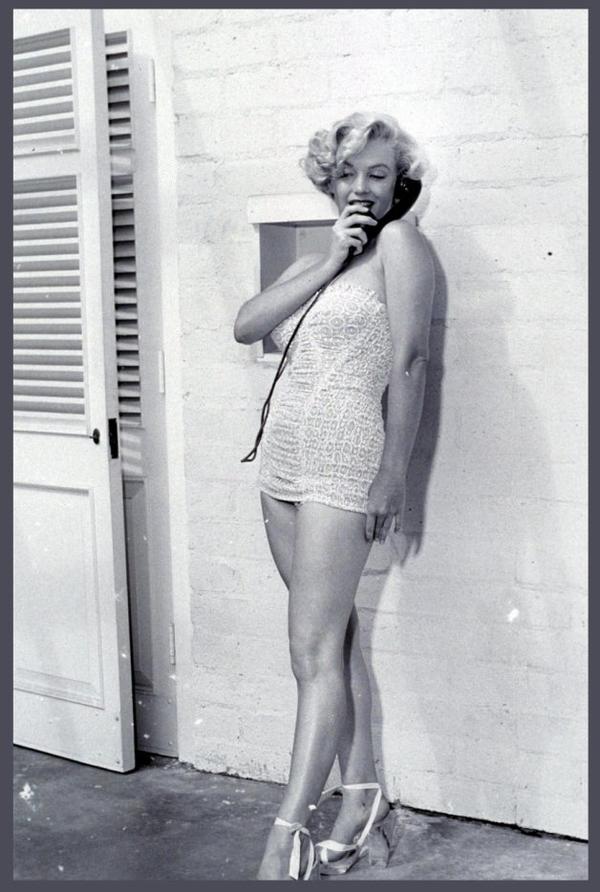 """Petit cadeau pour une nouvelle """"amie"""" qui est fan de Marilyn MONROE (et pour tous ceux qui l'apprécient) (son blog sky consacré à la STAR, CARAMIEL88), ces 8 NOUVELLES photos de la belle blonde dans les années 40-50-60... Ceux qui aiment Marilyn, sont par conséquent mes amis..."""