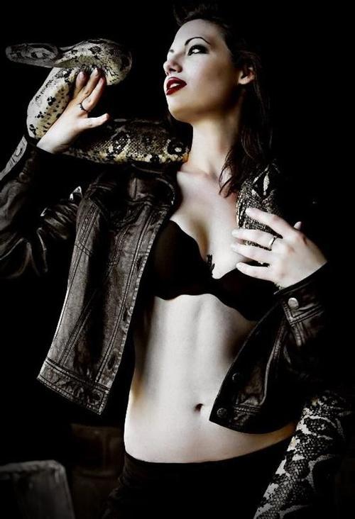 Pour leurrer le monde, ressemble au monde ; ressemble à l'innocente fleur, mais sois le serpent qu'elle cache.