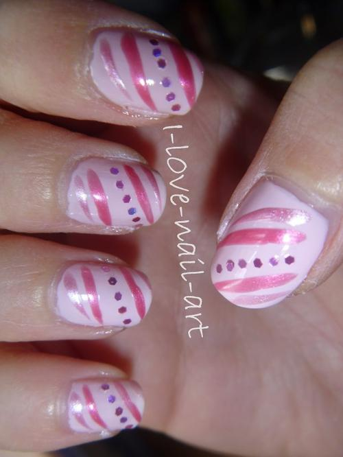 Nail art rose avec strass et traits rose