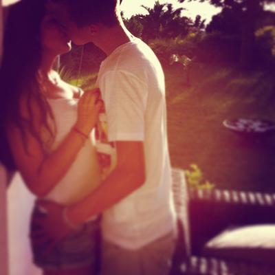 Regarde moi, dis moi que tu m'aimes, dis moi qu'il n'y a rien mis à part moi, prend moi, serre moi contre ton coeur, dis moi qu'il n'appartient qu'à moi, dis moi que la plus belle chose qui te soit arrivé c'est nous deux, dis moi que tu me protègera toujours, dis moi que je suis tout pour toi, dis moi que tu resteras toujours auprès de moi, promets moi que tout ça n'aura jamais de fin, promets le moi, j'suis rien sans toi.