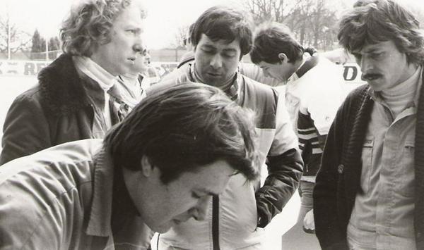 srt cormeilles * circuit de Monthlery 1978 discussion avec le........... srt Saint Amand * pilote Carmignon au centre *