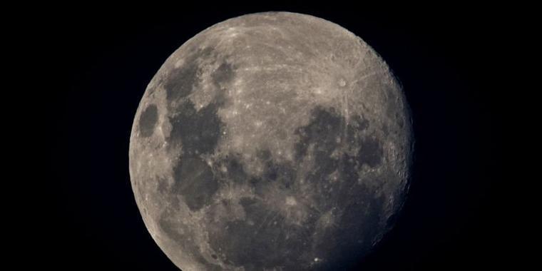Il tire sur la lune pour la tuer !