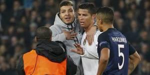 Un fan enlace Cristiano Ronaldo pendant PSG-Real !