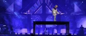 VIDEO - Justin Bieber chute (encore) en plein concert !