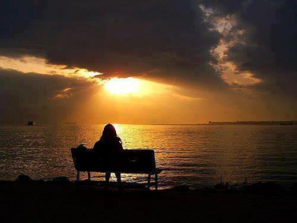 C'est sur cette plage , Qu'elle laissera s'en aller, Ses pensées . Loin de ce monde agacé Elle voudrait s' éloigner Retrouver une sérénité Alors, le calme retrouvé Elle pourra à nouveau rêver Mais pas oublier.