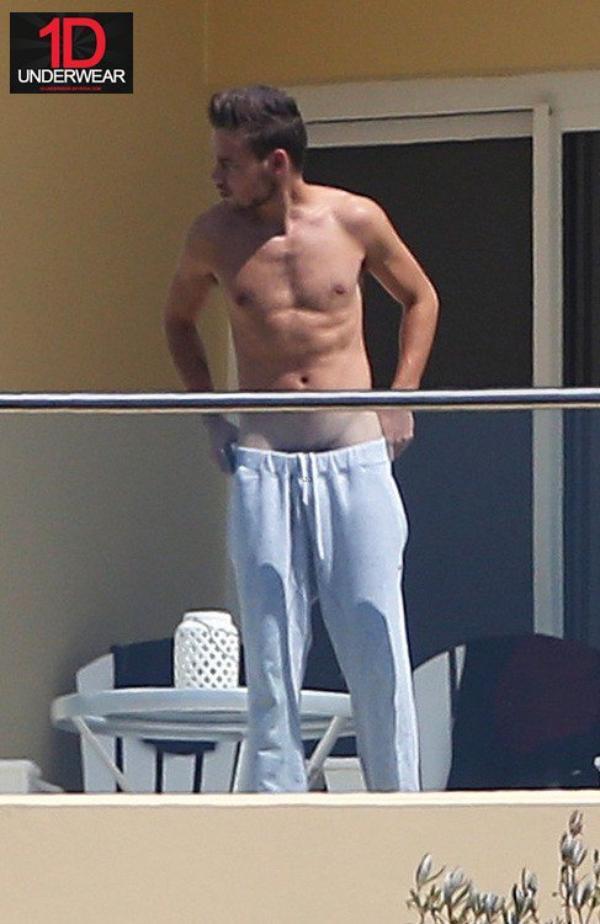 Liam porte son jogging très très bas !