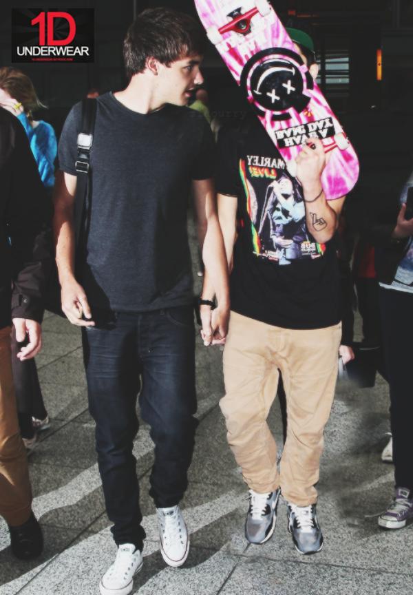 A qui Liam donne t-il la main ?